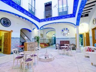 Oferta Viaje Hotel Escapada Hostal Trotamundos - Shared Rooms + Entradas Isla Mágica 1 día