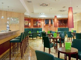 Oferta Viaje Hotel Escapada Holiday Inn la capital de España Bernabeu + Entradas dos días sucesivos Warner con 1 día Warner Beach