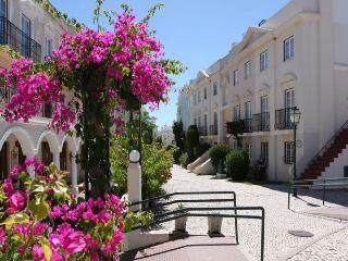 Oferta Viaje Hotel Escapada Pisos Old Village + Entradas Zoomarine Parque temático dos días