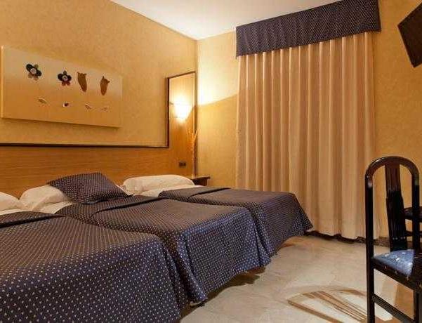Oferta Viaje Hotel Escapada Urbe de Navalcarnero + Entradas dos días sucesivos Warner con 1 día Warner Beach