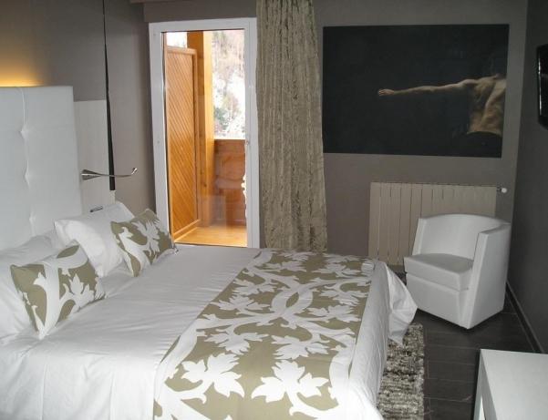 Oferta Viaje Hotel Escapada Xalet Bringue + Entradas Nocturna dos horas - Caldea